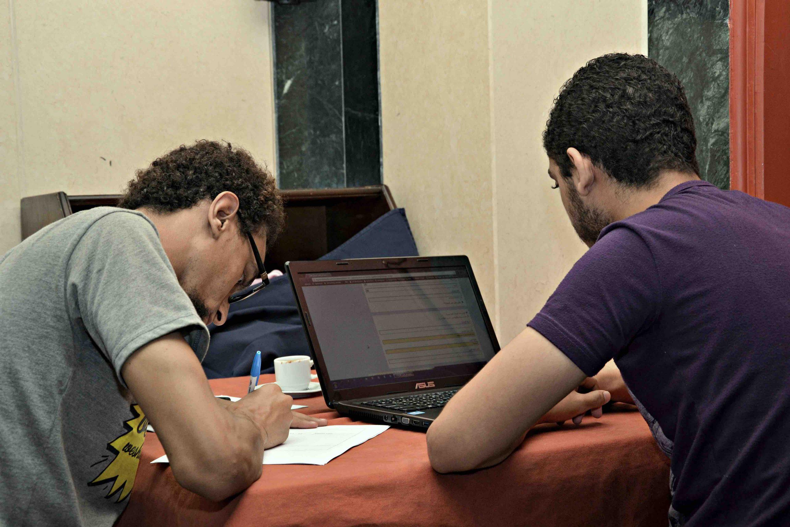 صورة أثناء اجراء الاختبار الفعلي مع مستخدم لمنصة دوبيزل وملأ الاستبيان