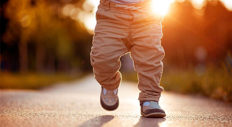 يحتاج الإنسان الوقوع 10,000 مرّة لتحقيق أول خطوة له في الحياة